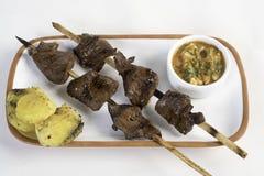 Το Anticuchos, περουβιανή κουζίνα, έψησε το σουβλισμένο κρέας καρδιών βόειου κρέατος με τη βρασμένη πατάτα στη σχάρα στοκ φωτογραφίες