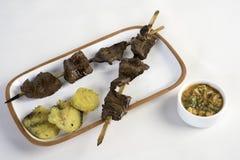 Το Anticuchos, περουβιανή κουζίνα, έψησε το σουβλισμένο κρέας καρδιών βόειου κρέατος με τη βρασμένη πατάτα στη σχάρα στοκ εικόνα