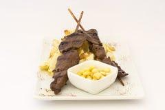 Το Anticuchos, περουβιανή κουζίνα, έψησε το σουβλισμένο κρέας καρδιών βόειου κρέατος με τις πατάτες τηγανητών στη σχάρα (τηγανιτέ στοκ φωτογραφία με δικαίωμα ελεύθερης χρήσης
