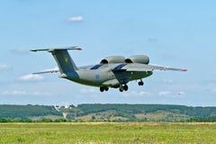 Το Antonov ένας-72 αεροσκάφη απογειώνεται από το διάδρομο Στοκ εικόνα με δικαίωμα ελεύθερης χρήσης