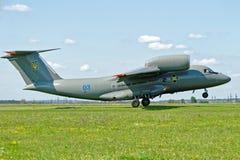 Το Antonov ένας-72 αεροσκάφη απογειώνεται από το διάδρομο Στοκ Εικόνες