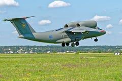 Το Antonov ένας-72 αεροσκάφη απογειώνεται από το διάδρομο Στοκ Εικόνα