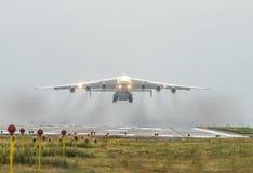Το Antonov ένας-225 αεροσκάφη Mriya απογειώνεται από το airpor Gostomel Στοκ Φωτογραφία
