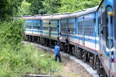Το Anuradhapura στο τραίνο Jaffna στρογγυλεύει μια κάμψη βόρεια Anuradhapura στη Σρι Λάνκα Στοκ Εικόνες