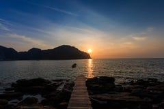 Το AO pi Leh είναι κολυμπώντας με αναπνευτήρα λιμνοθάλασσα γύρου σημείου διάσημη Phi Phi στα νησιά, Krabi, Ταϊλάνδη Στοκ εικόνα με δικαίωμα ελεύθερης χρήσης