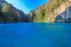 Το AO pi Leh είναι κολυμπώντας με αναπνευτήρα λιμνοθάλασσα γύρου σημείου διάσημη Phi Phi στα νησιά, Krabi, Ταϊλάνδη Στοκ εικόνες με δικαίωμα ελεύθερης χρήσης