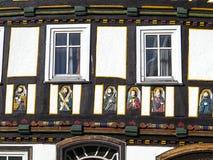 Το Apostel εφοδίασε με ξύλα κατά το ήμισυ το σπίτι στην πόλη παραμυθιού Στοκ εικόνα με δικαίωμα ελεύθερης χρήσης