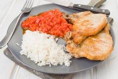 Το Approack βλαστάησε το πιάτο των μπριζολών χοιρινού κρέατος με τη σάλτσα και το ρύζι στο ξύλο Στοκ Εικόνα