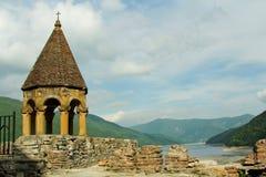 το aragvi ananuri όντας κάστρο σύνθετη Γεωργία έχει το δοκιμαστικό κόσμο της ΟΥΝΕΣΚΟ περιοχών ποταμών προγράμματος καταλόγων συνυ Στοκ φωτογραφία με δικαίωμα ελεύθερης χρήσης