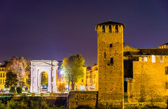 Το Arco dei Gavi και κάστρο Castelvecchio στη Βερόνα Στοκ φωτογραφίες με δικαίωμα ελεύθερης χρήσης