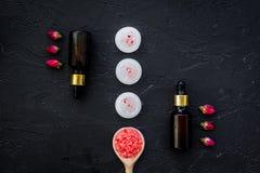 Το Aromatherapy για χαλαρώνει την έννοια Αυξήθηκε οφθαλμοί, άλας SPA, κεριά και έλαιο στη μαύρη τοπ άποψη υποβάθρου Στοκ εικόνα με δικαίωμα ελεύθερης χρήσης