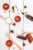 Το Aromatherapy για χαλαρώνει την έννοια Η SPA αλατίζει, κεριά και έλαιο με την κανέλα καρυκευμάτων, badian και εσπεριδοειδή άσπρ Στοκ εικόνες με δικαίωμα ελεύθερης χρήσης