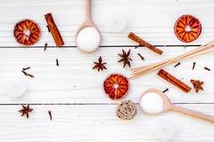 Το Aromatherapy για χαλαρώνει την έννοια Η SPA αλατίζει, κεριά και έλαιο με την κανέλα καρυκευμάτων, badian και εσπεριδοειδή άσπρ Στοκ εικόνα με δικαίωμα ελεύθερης χρήσης