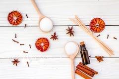Το Aromatherapy για χαλαρώνει την έννοια Η SPA αλατίζει, κεριά και έλαιο με την κανέλα καρυκευμάτων, badian και εσπεριδοειδή άσπρ Στοκ Εικόνα