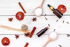 Το Aromatherapy για χαλαρώνει την έννοια Η SPA αλατίζει, κεριά και έλαιο με την κανέλα καρυκευμάτων, badian και εσπεριδοειδή άσπρ Στοκ φωτογραφία με δικαίωμα ελεύθερης χρήσης