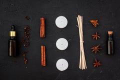 Το Aromatherapy για χαλαρώνει την έννοια Η SPA αλατίζει, κεριά και πετρέλαιο με την κανέλα καρυκευμάτων στη μαύρη τοπ άποψη υποβά Στοκ εικόνα με δικαίωμα ελεύθερης χρήσης