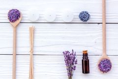 Το Aromatherapy για χαλαρώνει την έννοια Lavender κλάδος, άλας SPA, έλαιο και κεριά στην άσπρη τοπ άποψη υποβάθρου copyspace Στοκ εικόνα με δικαίωμα ελεύθερης χρήσης