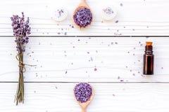 Το Aromatherapy για χαλαρώνει την έννοια Lavender κλάδος, άλας SPA, έλαιο και κεριά στην άσπρη τοπ άποψη υποβάθρου copyspace Στοκ εικόνες με δικαίωμα ελεύθερης χρήσης