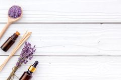 Το Aromatherapy για χαλαρώνει την έννοια Lavender κλάδος, άλας SPA και έλαιο στην άσπρη ξύλινη τοπ άποψη υποβάθρου copyspace Στοκ Φωτογραφίες