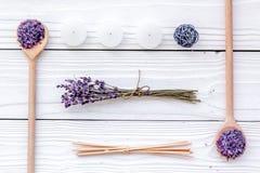 Το Aromatherapy για χαλαρώνει την έννοια Lavender κλάδος, άλας SPA και κεριά στην άσπρη τοπ άποψη υποβάθρου Στοκ Εικόνες