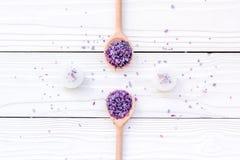 Το Aromatherapy για χαλαρώνει την έννοια Lavender SPA άλας και κεριά στην άσπρη τοπ άποψη υποβάθρου Στοκ εικόνες με δικαίωμα ελεύθερης χρήσης