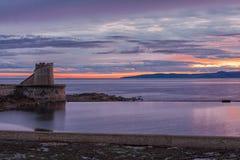 Το Arran & το ηλιοβασίλεμα Ardrossan με τον πύργο στην αποβάθρα τελειώνουν σε Ardrossan Σκωτία Στοκ φωτογραφία με δικαίωμα ελεύθερης χρήσης