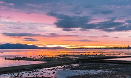 Το Arran & το ηλιοβασίλεμα Ardrossan ως ήλιος πηγαίνουν κάτω από πέρα από μεγαλοπρεπές Arran Στοκ Εικόνες