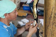 Το Artisans ανανεώνει χαλασμένος από τα αγάλματα του πολεμικού Βούδα στο εργαστήριο Στοκ Εικόνες
