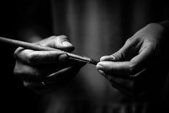 Το artist& x27 τα χέρια του s κρατούν μια βούρτσα Στοκ φωτογραφίες με δικαίωμα ελεύθερης χρήσης