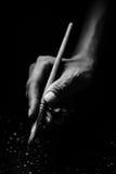 Το artist& x27 τα χέρια του s κρατούν μια βούρτσα Στοκ Φωτογραφίες