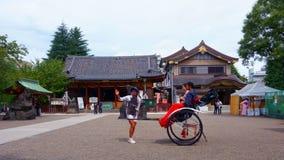Το asakusa-Jinja των λαρνάκων Asakusa είναι η λάρνακα Shinto Οδηγός δίτροχων χειραμαξών Ιαπωνικό ζεύγος στη δίτροχο χειράμαξα στη στοκ φωτογραφίες