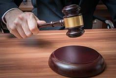 Το Auctioneer ή ο δικαστής χτυπά με ξύλινο gavel Στοκ εικόνα με δικαίωμα ελεύθερης χρήσης