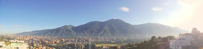 Το Avila βουνό και η πόλη του Καράκας στα πόδια του στοκ εικόνες
