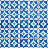 Το Azulejo με τους μπλε κύκλους και τα άσπρα πέταλα Στοκ Φωτογραφίες