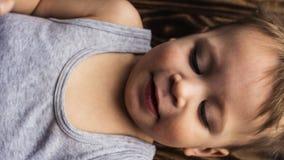 Το Babyboy βάζει στο ξύλινο χαμόγελο Στοκ εικόνα με δικαίωμα ελεύθερης χρήσης