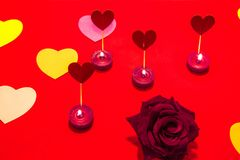 Το Backgound με τις καρδιές των χρωμάτων και αυξήθηκε Επιστολή στο βαλεντίνο Αγίου Στοκ εικόνα με δικαίωμα ελεύθερης χρήσης