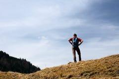 Το Backpacker κοιτάζει στη φύση Στοκ φωτογραφία με δικαίωμα ελεύθερης χρήσης