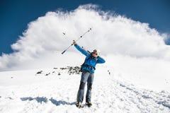 Το Backpacker στα βουνά προσποιείται να εξακοντίσει τα βέλη στο παράδειγμα των ραβδιών για το σκανδιναβικό περπάτημα Στοκ Εικόνες