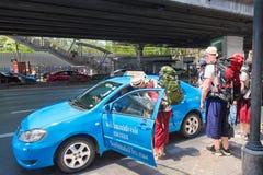 Το Backpackers παίρνει το ταξί στη Μπανγκόκ στο κέντρο της πόλης Στοκ Εικόνες