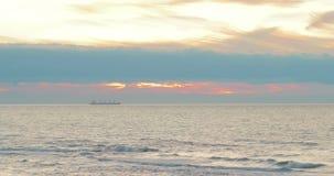 Το balker στέκεται στην άγκυρα ανάμεσα σε έναν όμορφο ουρανό ηλιοβασιλέματος Θυελλώδης θάλασσα, κύματα, αέρας, ζωηρόχρωμα σύννεφα φιλμ μικρού μήκους