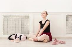 Το Ballerina βάζει στα παπούτσια μπαλέτου pointe, Στοκ Φωτογραφία