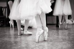 Το Ballerina εκπαιδεύει στην αίθουσα χορού στοκ φωτογραφία με δικαίωμα ελεύθερης χρήσης