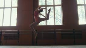 Το Ballerina εκτελεί τα τεχνάσματα acrobatics στο στούντιο Στοκ Εικόνες