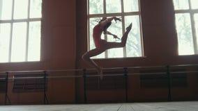 Το Ballerina εκτελεί τα τεχνάσματα acrobatics στο στούντιο Στοκ Εικόνα