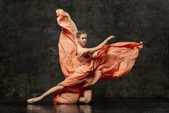 Το Ballerina καταδεικνύει τις δεξιότητες χορού Όμορφο κλασικό μπαλέτο στοκ εικόνα με δικαίωμα ελεύθερης χρήσης