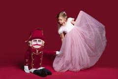 Το ballerina ομορφιάς που που κρατά έναν καρυοθραύστης Στοκ Φωτογραφία
