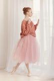Το Ballerina πίνει τον καφέ από το παράθυρο Στοκ Εικόνες