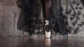 Το Ballerina στέκεται στα pointes και κινείται προς τη κάμερα, κινηματογράφηση σε πρώτο πλάνο φιλμ μικρού μήκους