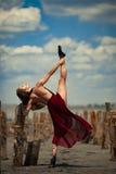 Το Ballerina στο διαφανές φόρεμα χορεύει στην παραλία και picturesq Στοκ Εικόνες