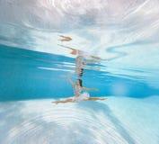 Το Ballerina χορεύει κάτω από το νερό και κάνει το σπάγγο στοκ φωτογραφίες
